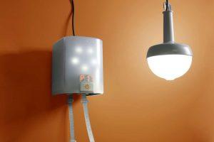Sijalica na ručni pogon koja osvjetljava prostoriju bez električnog napajanja